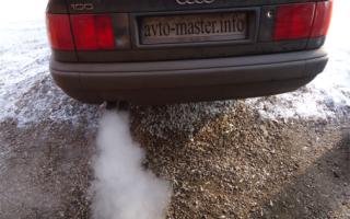 С машины валит много дыма с выхлопной трубы