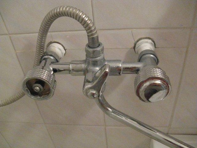 Течет смеситель в ванной в месте соединения с трубой