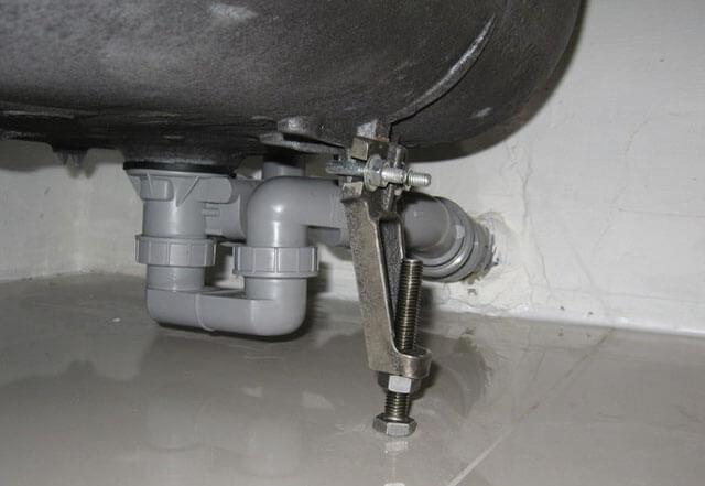 Течет из сливной трубы в ванной