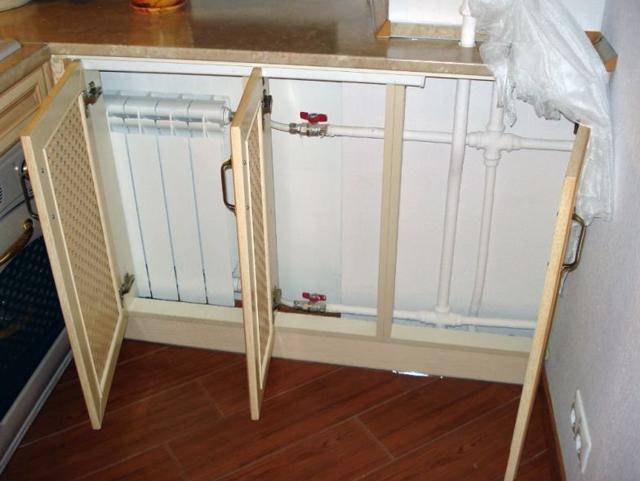 Холодильник возле трубы от батареи