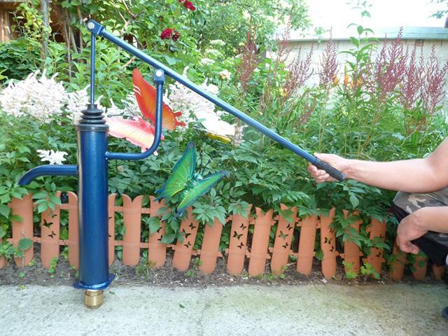 Ручной водяной насос из трубы