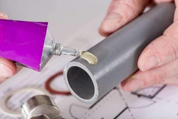 Склейка пластиковых труб клеем