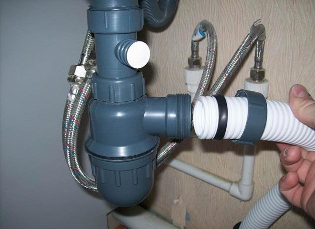 Сифон для раковины течет из трубы